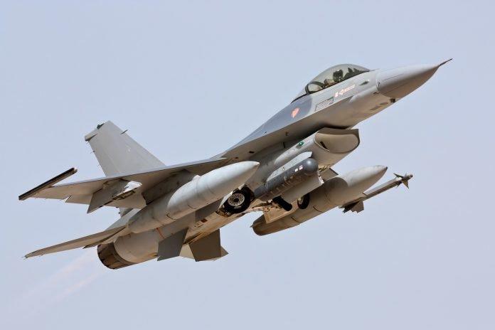 Lockheed Martin F-16 in decollo